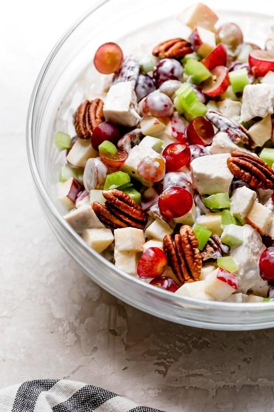 Chicken Waldorf Salad es una ensalada clásica hecha con manzanas, uvas, nueces y apio en un aderezo de yogur cremoso y ligero.
