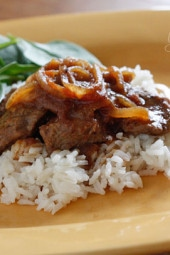 Beef lovers, you'll love this quick Colombian steak dish cooked with onions, tomatoes and cumin. The onions and tomatoes create a flavorful sauce which is wonderful served over rice.