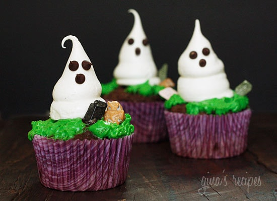 Cute little Halloween meringue ghosts made of sugar and egg whites, with mini chocolate chips for the eyes. Sweet, delicate and melt in your mouth, the flavors are reminiscent of a marshmallow.