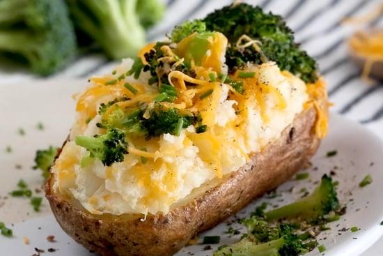 Patatas al horno dos veces con brócoli y queso de cerca.