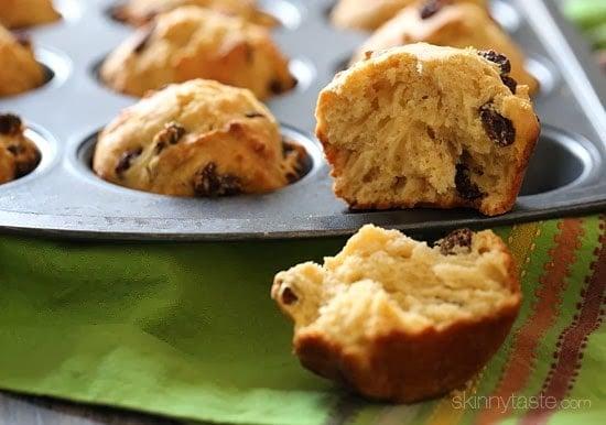 Estas magdalenas de pan de soda irlandesa de trigo integral son deliciosas, el comienzo perfecto para un perezoso frío marzo domingo por la mañana. Moteados con pasas, son dulces y perfectos para disfrutar con una taza de té caliente.