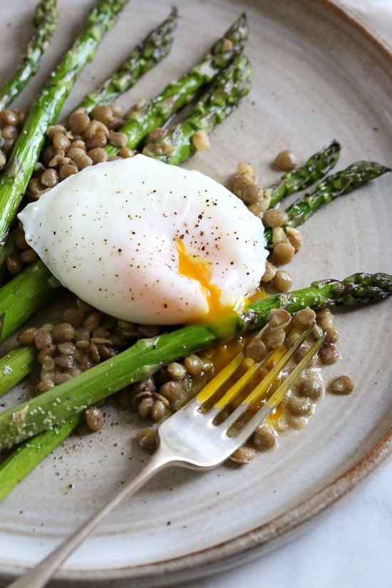 Asparagus and green lentils with poached egg