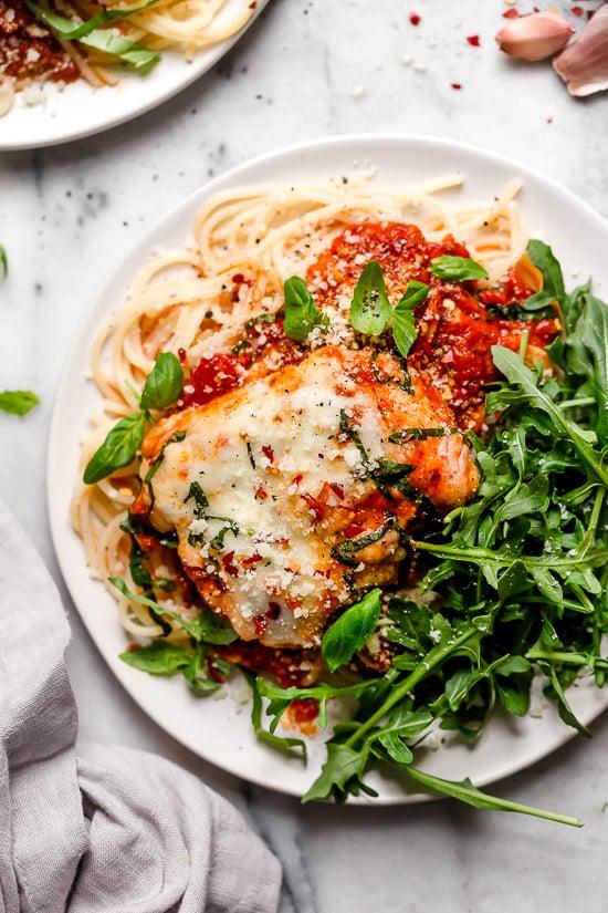¡Este rápido y fácil pollo parmesano es la respuesta a tus sueños durante la noche! ¡Y ya que está hecho en Instant Pot, está listo en minutos!