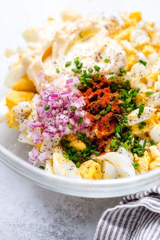 Esta clásica receta de ensalada de huevo se puede disfrutar para el desayuno con tostadas, o para el almuerzo en una envoltura, sobre ensalada o en un sándwich. ¡A veces lo como con una cuchara directamente del recipiente!