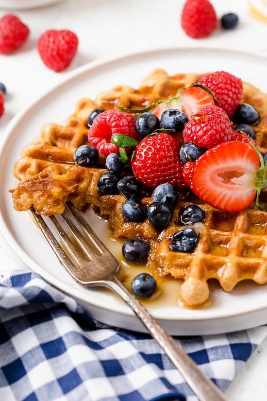 ¡Prepara estos gofres de yogur repletos de proteínas para el desayuno y congela el resto para preparar la comida fácilmente!