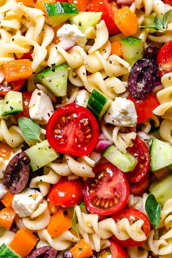 La ensalada de pasta griega es ligera y fresca, cargada con tomates de jardín, pimientos y pepinos en un aderezo griego casero con aceitunas Kalamata y queso feta. Perfecto para fiestas de verano!