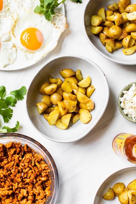 """Comience bien el día con un saludable tazón de desayuno con chorizo, ¡perfecto para preparar con anticipación si necesita un desayuno rápido y fácil mientras viaja! """"Ancho ="""" 550 """"altura ="""" 825 """"data-pin-description ="""" Comience su día libre correcto con un saludable tazón de desayuno de chorizo, ¡perfecto para preparar con anticipación si necesita un desayuno rápido y fácil sobre la marcha! """"srcset ="""" https://www.skinnytaste.com/wp-content/uploads/2020/03/Chorizo- Breakfast-Bowls-4.jpg 550w, https://www.skinnytaste.com/wp-content/uploads/2020/03/Chorizo-B Breakfast-Bowls-4-500x750.jpg 500w, https: //www.skinnytaste. com / wp-content / uploads / 2020/03 / Chorizo-Breakfast-Bowls-4-170x255.jpg 170w, https://www.skinnytaste.com/wp-content/uploads/2020/03/Chorizo-Breakfast-Bowls -4-260x390.jpg 260w, https://www.skinnytaste.com/wp-content/uploads/2020/03/Chorizo-Breakfast-Bowls-4-150x225.jpg 150w """"tamaños ="""" (ancho máximo: 550px ) 100vw, 550px """"/></noscript><img class="""