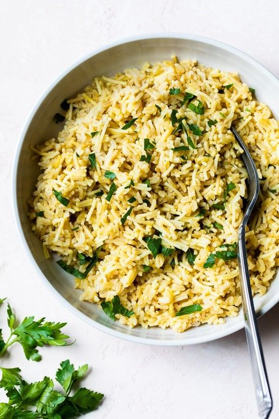 Este simple pilaf de arroz con arroz integral y pasta de cabello de ángel es una versión saludable y casera de Rice-A-Roni que es el acompañamiento perfecto.