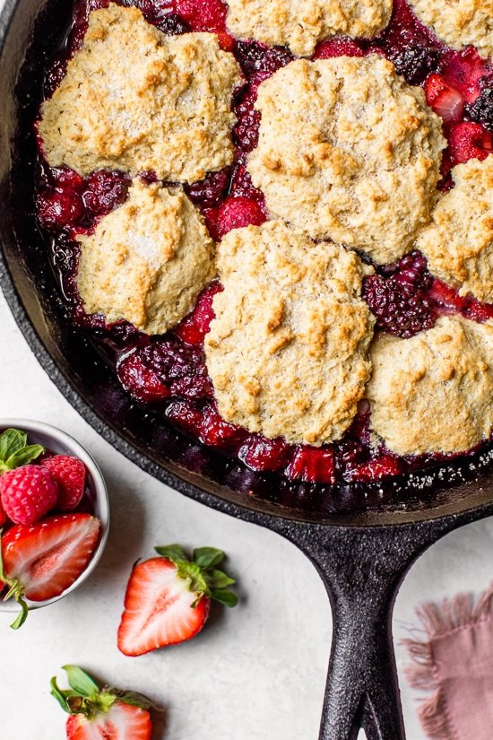 "El sartén mixto Berry Buttermilk Cobbler está hecho con moras, frambuesas y fresas cubiertas con un delicioso bizcocho y horneado en una sartén de hierro fundido. ""Ancho ="" 550 ""altura ="" 825 ""data-pin-description ="" Skillet Mixed Berry Buttermilk El zapatero está hecho con moras, frambuesas y fresas cubiertas con un delicioso bizcocho y horneado en una sartén de hierro fundido. ""Srcset ="" https://www.skinnytaste.com/wp-content/uploads/2020/04/Skillet- Mixed-Berry-Buttermilk-Cobbler-3.jpg 550w, https://www.skinnytaste.com/wp-content/uploads/2020/04/Skillet-Mixed-Berry-Buttermilk-Cobbler-3-500x750.jpg 500w, https://www.skinnytaste.com/wp-content/uploads/2020/04/Skillet-Mixed-Berry-Buttermilk-Cobbler-3-170x255.jpg 170w, https://www.skinnytaste.com/wp-content /uploads/2020/04/Skillet-Mixed-Berry-Buttermilk-Cobbler-3-260x390.jpg 260w, https://www.skinnytaste.com/wp-content/uploads/2020/04/Skillet-Mixed-Berry- Buttermilk-Cobbler-3-150x225.jpg 150w ""tamaños ="" (ancho máximo: 550px) 100vw, 550px "" /></noscript><img class="