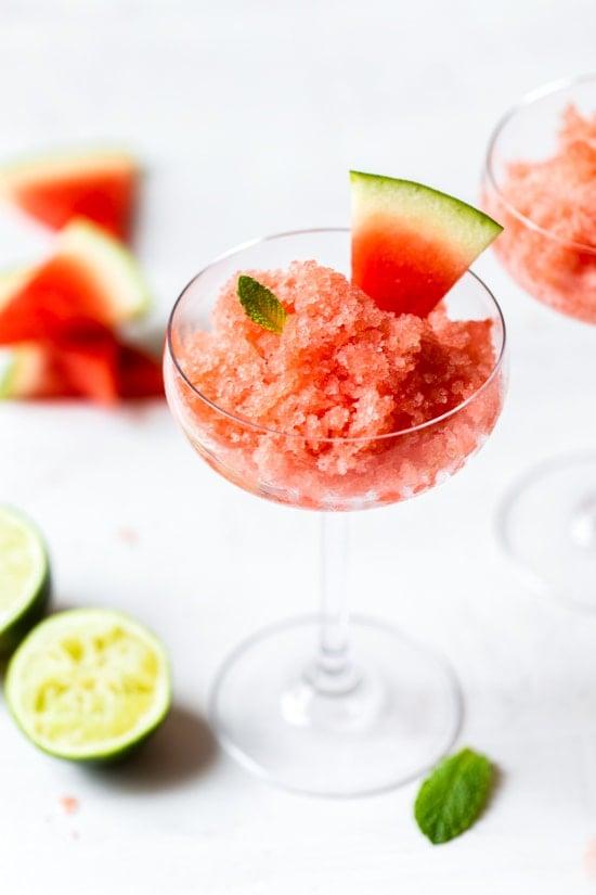 Este Boozy Watermelon Lime Granita es parte cóctel, parte postre. El regalo perfecto para adultos congelados para los calurosos días de verano.