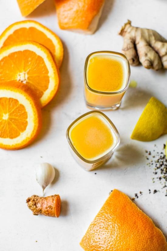 Este Citrus Immunity Shot super simples de preparar é feito com frutas cítricas, açafrão e alho que aumentam o sistema imunológico, uma maneira deliciosa de começar o dia!