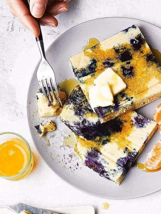 Lemon Blueberry Buttermilk Pancakes Pancakes en un plato con almíbar.
