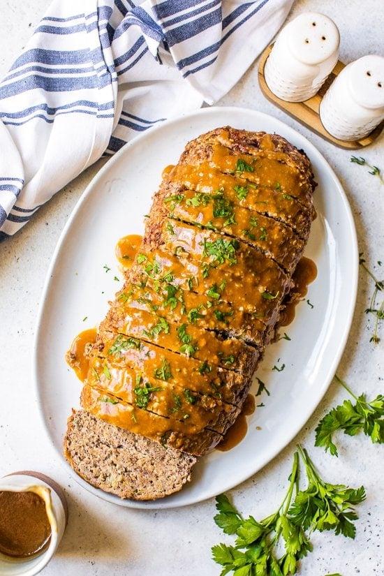 Pastel de carne y salsa