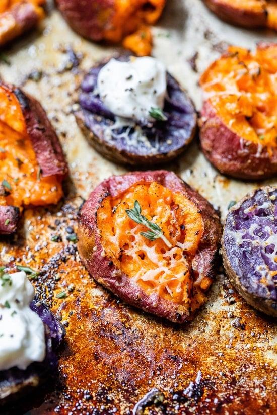 """Patates douces écrasées """"width ="""" 550 """"height ="""" 825 """"data-pin-description ="""" Les patates douces écrasées savoureuses, assaisonnées de thym, d'oignon en poudre et d'ail en poudre, sont écrasées après la torréfaction, puis saupoudrées de parmesan pour un savoureux- plat d'accompagnement sucré. Les patates douces écrasées savoureuses, assaisonnées de thym, d'oignon en poudre et d'ail en poudre, sont écrasées après la torréfaction, puis saupoudrées de parmesan pour un plat d'accompagnement salé et sucré. #smashedsweetpotatoes """"data-pin-title ="""" Patates douces écrasées """"srcset ="""" https://www.skinnytaste.com/wp-content/uploads/2020/11/Savory-Smashed-Sweet-Potatoes-7.jpg 550w, https://www.skinnytaste.com/wp-content/uploads/2020/11/Savory-Smashed-Sweet-Potatoes-7-500x750.jpg 500w, https://www.skinnytaste.com/wp-content/uploads /2020/11/Savory-Smashed-Sweet-Potatoes-7-170x255.jpg 170w, https://www.skinnytaste.com/wp-content/uploads/2020/11/Savory-Smashed-Sweet-Potatoes-7- 260x390.jpg 260w, https://www.skinnytaste.com/wp-content/uploads/2020/11/Savory-Smashed-Sweet-Potatoes-7-150x225.jpg 150w """"tailles ="""" (largeur max: 550 px) 100vw, 550px """"/></noscript><img class="""