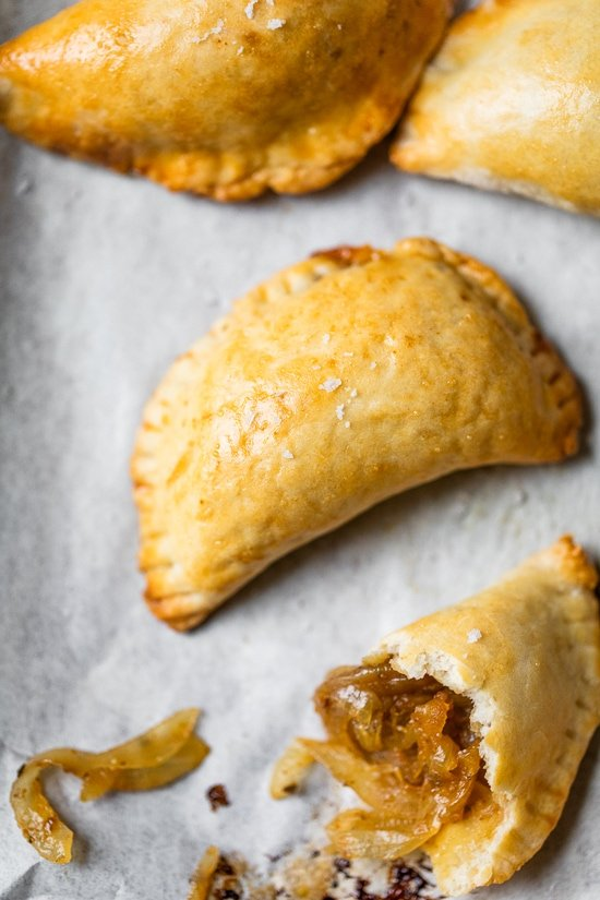"Empanadas chilenas ""width ="" 550 ""height ="" 825 ""data-pin-description ="" Estas empanadas chilenas, también conocidas como pequeñas, se rellenan con cebollas caramelizadas y se sazonan con especias latinas, el aperitivo perfecto para las fiestas. #empanada #appetizer #vegetarian ""data-pin-title ="" Empanadas de cebolla caramelizada (chiquitos chilenos) ""srcset ="" https://www.skinnytaste.com/wp-content/uploads/2020/12/Empanadas- de cebolla caramelizada -8.jpg 550w, https://www.skinnytaste.com/wp-content/uploads/2020/12/Caramelized-Onion-Empanadas-8-500x750.jpg 500w, https://www.skinnytaste.com/wp -content / uploads / 2020/12 / Caramelized-Onion-Empanadas-8-170x255.jpg 170w, https://www.skinnytaste.com/wp-content/uploads/2020/12/Caramelized-Onion-Empanadas-8- 260x390.jpg 260w, https://www.skinnytaste.com/wp-content/uploads/2020/12/Caramelized-Onion-Empanadas-8-150x225.jpg 150w ""tamaños ="" (ancho máximo: 550px) 100vw, 550px ""/></noscript><img class="