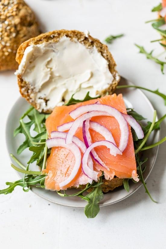 Sándwich de salmón ahumado rico en proteínas