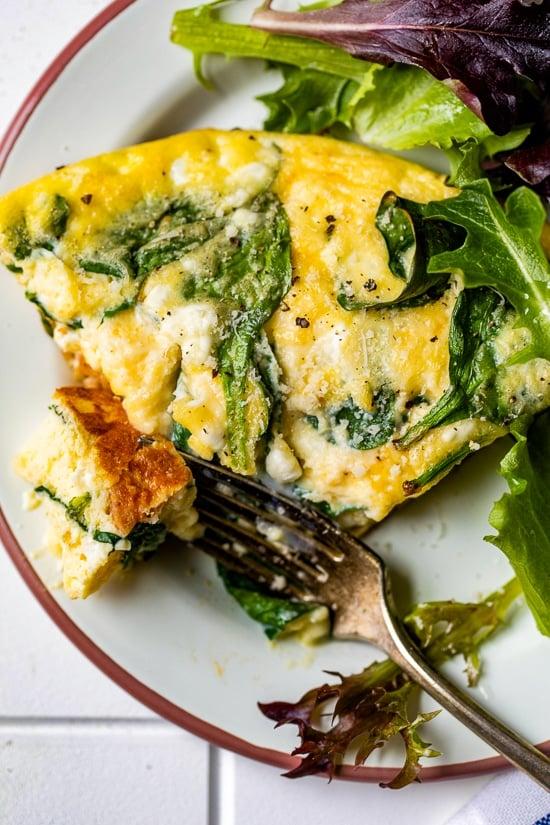 Este horneado de huevo con queso cottage lleno de proteínas con espinacas y salchicha de pollo es abundante y delicioso.  Disfrute para el desayuno, el almuerzo o la cena con una ensalada y un poco de pan crujiente.