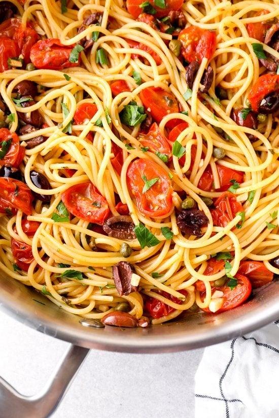 Puttanesca de espagueti en una olla